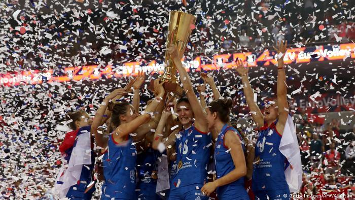 Serbiens Volleyballerinnen erneut Europameister (Getty Images/AFP/A. Altan)