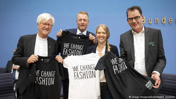 Development Minister Gerd Müller (right) supports the 'green button' campaign (Imago Images/photothek/T. Koehler)