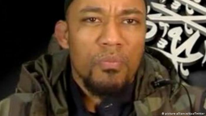 Der IS-Terrorist Denis Cuspert - als Rapper nannte er sich Deso Dogg - auf einem Foto vom November 2014 (Foto: picture-alliance/dpa/Twitter)