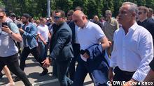 09.06.2019 Republik Moldau - Ex-Premierminister Pavel Filip (Mitte, mit Sakko auf dem Arm) und Ex-PD-Chef Vlad Plahotniuc (rechts) auf dem Weg zum Präsidialamt (Chișinău, 09.06.2019)