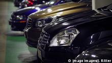 Berlin Charlottenburg City West Parkhaus große Autos SUV gucken aus Parkplatz heraus Berlin