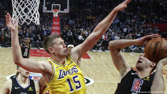 Los Angeles Clippers' Danilo Gallinari (8) drives to the basket and shoots while defended by Los Angeles Lakers Moritz Wagner (15) during an NBA basketball game between Los Angeles Clippers and Los Angeles Lakers, Friday, April 5, 2019, in Los Angeles. (picture-alliance/R. Chiu)