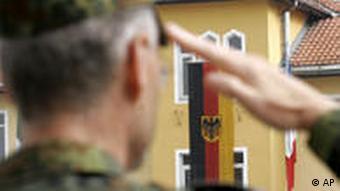 Ein Bundeswehr-Soldat salutiert (Archivfoto: ap)