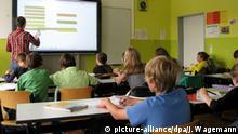 Symbolbild - Lehrer vor Schulklasse