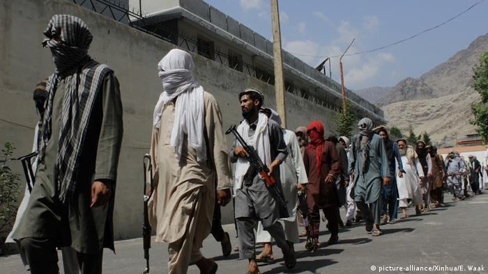 Afghanistan Kapitulation von Taliban und IS (picture-alliance/Xinhua/E. Waak)