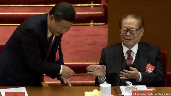 China | Xi Jinping und Jiang Zemin (picture-alliance/AP Photo/Ng Han Guan)