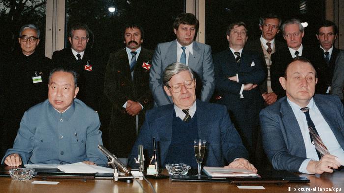 Hua Guofeng, Helmut Schmidt und Hans-Dietrich Genscher (picture-alliance/dpa)