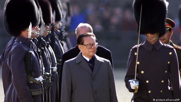 Großbritannien | Chinas Staatspräsident Jiang Zemin 1999 (picture-alliance/AP)