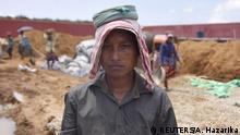 Während Indiens erstes Lager für illegale Einwanderer gebaut wird, befürchten einige Arbeiter, dort festgehalten zu werden.