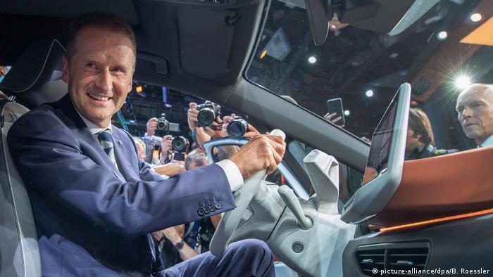 Глава концерна Volkswagen Херберт Дис за рулем нового серийного электрокара ID.3