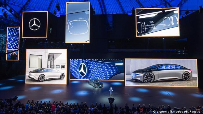 Scena, ogromny ekran z modelami mercedesa
