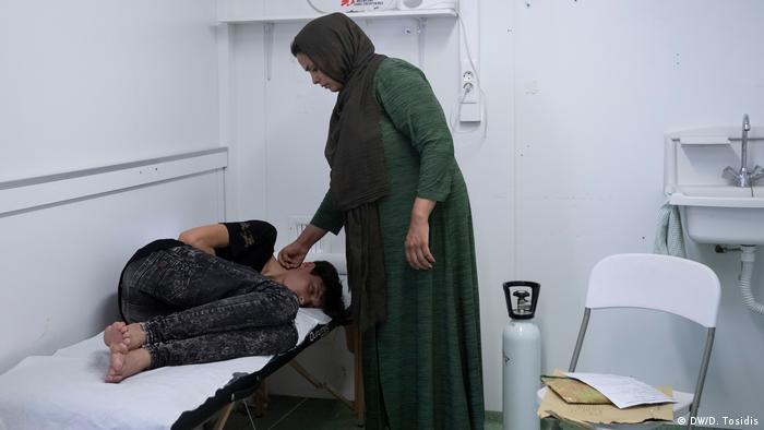 Ένας νεαρός άνδρας περιμένει ιατρική βοήθεια σε μια κλινική