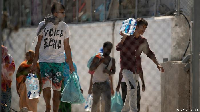 Μια ομάδα προσφύγων μεταφέρει τα υπάρχοντά τους