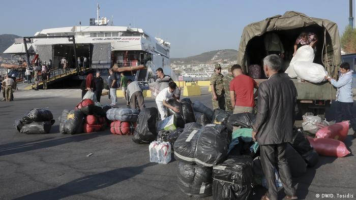 Μια ομάδα προσφύγων ετοιμάζεται να επιβιβασθεί σε βάρκα