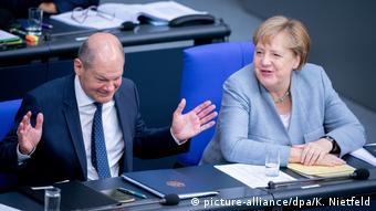 Bundestag | Haushaltsdebatte | Finanzminister Olaf Scholz mit Kanzlerin Merkel