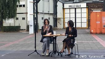 Διαβάζοντας ποίηση στα ελληνικά και τα γερμανικά. Δανάη Σιώζιου (αριστερά) και Έλενα Παλλαντζά (δεξιά)
