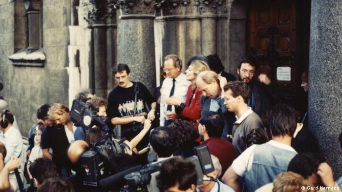 U crvenom blejzeru Čila fon Bezelager u Budmpešti 1989. kada je u ime mađarskih Maltežana organizovala smeštaj za 10 000 izbeglica iz DDR-a