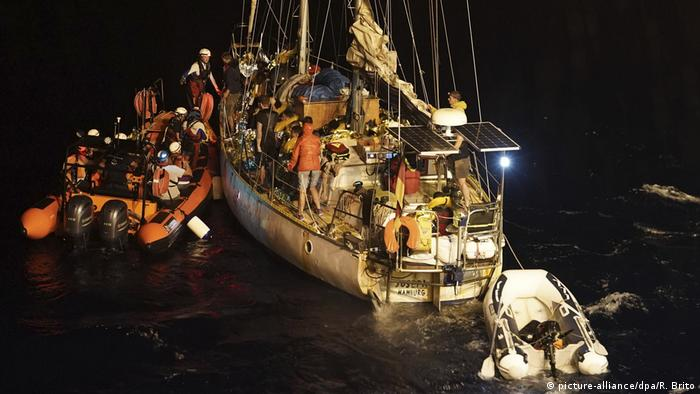 'Ocean Viking' rescuing people in the Mediterranean (picture-alliance/dpa/R. Brito)