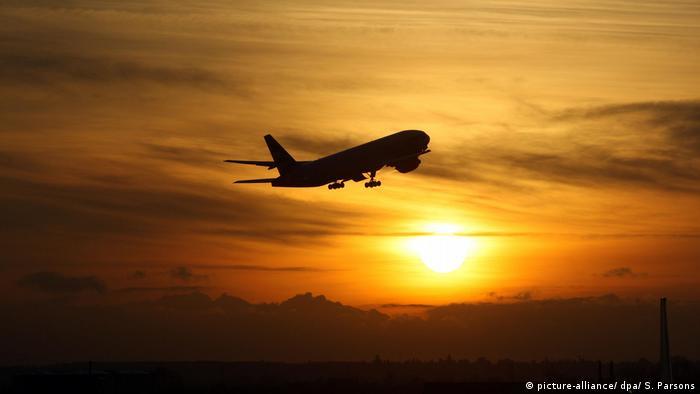 Startendes Flugzeug am Abendhimmel (picture-alliance/ dpa/ S. Parsons)