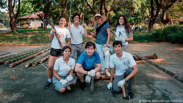 Estudiantes del colegio Humboldt en Guayaquil, Ecuador, construyen una réplica de la balsa de Humboldt.
