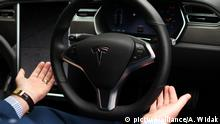 Dan Kiely, CEO & Co Founder of Voxpro, takes his hands off the wheel of his Tesla Model S P100D at a launch event for the MobilityX self-driving conference. On Tuesday, May 8, 2018, in Dublin, Ireland. (Photo by Artur Widak/NurPhoto) | Keine Weitergabe an Wiederverkäufer.
