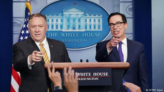 مایک پمپئو، وزیر خارجه (چپ) و استیون منوچین، وزیر خزانهداری آمریکا هنگام اعلام تحریمهای جدید در کاخ سفید