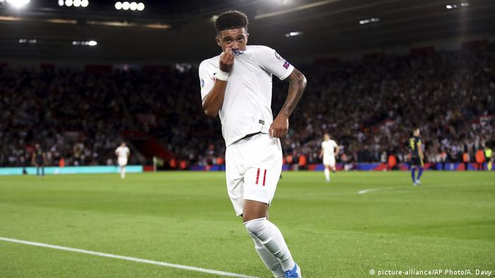 England's Jadon Sancho celebrates scoring his side's fourth goal of the game during the Euro 2020 group A qualifying soccer match between England and Kosovo at St Mary's Stadium in Southampton, England, Tuesday, Sept. 10, 2019. (picture-alliance/AP Photo/A. Davy)