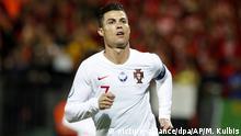 10.09.2019, Litauen, Vilnius: Fußball: EM-Qualifikation, Litauen - Portugal, Gruppenphase, Gruppe B, 6. Spieltag. Cristiano Ronaldo aus Portugal feiert, nachdem er das Eröffnungstor seiner Mannschaft per Elfmeter erzielt hat. Foto: Mindaugas Kulbis/AP/dpa +++ dpa-Bildfunk +++ |