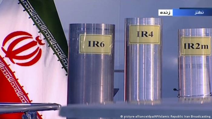 An Iranian flag and three centrifuges (picture-alliance/dpa/AP/Islamic Republic Iran Broadcasting)