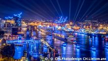 Hamburg Cruise Days 2018, Nachtaufnahme des Hamburger Hafens mit beleuchteten Kreuzfahrtschiffen