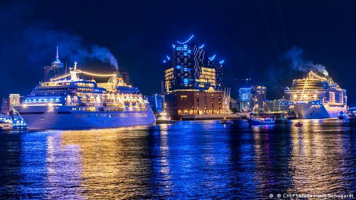 Kreuzfahrtschiffe auf der Elbe vor der Elbphilharmonie bei den Hamburg Cruise Days 2018