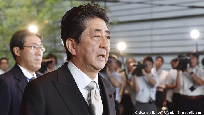 Japan Kabinettsumbildung Shinzo Abe (picture-alliance/AP/Yomiuri Shimbun/S. Izumi)