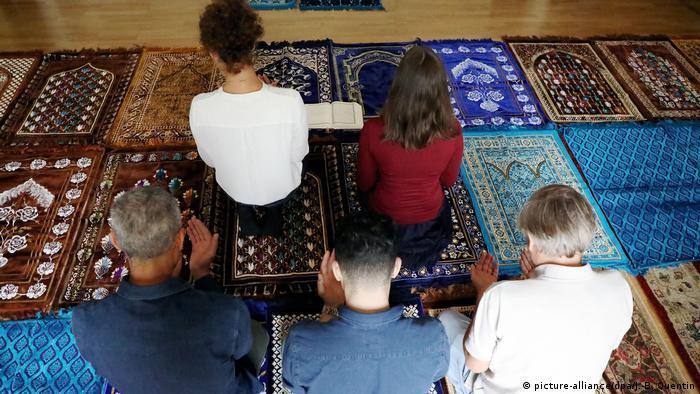 Die ersten weiblichen muslimischen Predigerinnen in Paris