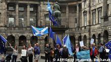 Aktivisten tragen EU- und schottische Saltire-Flaggen