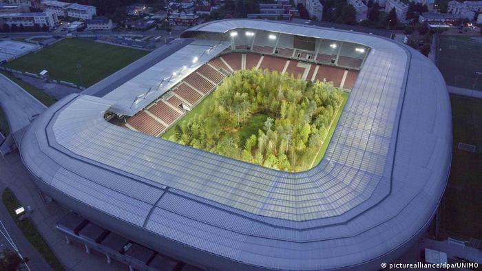 Klagenfurt | Waldinstallation im Fußballstadion - For Forest von Klaus Littmann (picturealliance/dpa/UNIMO)