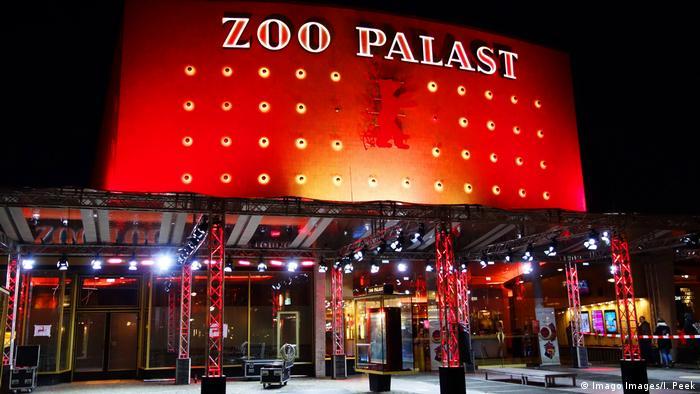 Fachada iluminada do cinema Zoo Palast, Berlim