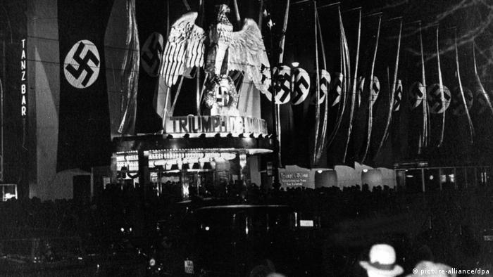 Black-and-white photo of UFA-Palast for the premiere of Riefenstahl films Triumph of the Will with swastikas (picture-alliance/dpa)