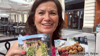 Η Άννα Χολτ δείχνει σε φωτογραφία το σπίτι της στη Βουλγαρία
