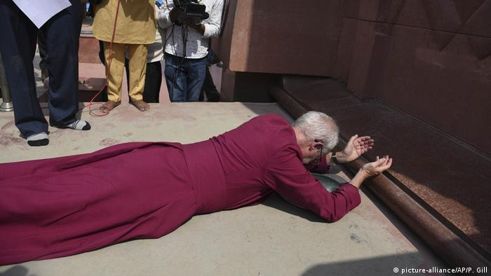 Indien: Justin Welby am Jallianwala Bagh Denkmal in Amritsar (picture-alliance/AP/P. Gill)