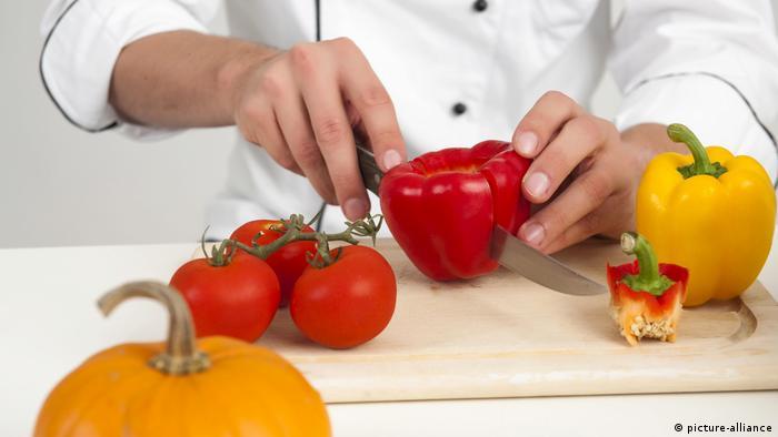 Koch schneidet Gemüse (picture-alliance)