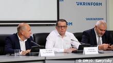 Ukrainischer Journalist Roman Suschtchenko (Mitte) mit seinem Verteidiger