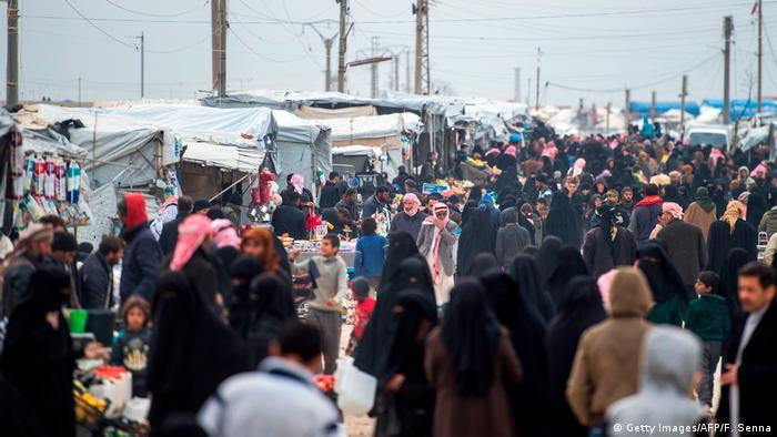 حشود بشرية في مخيم الهول للا\جئين في الحسكة بتاريخ 6 فبراير/ شباط 2019