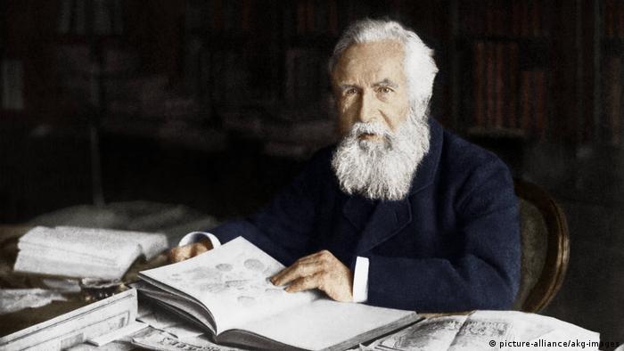 Imagem do renomado biológo alemão Ernst Haeckel em seu escritório em Jena, em 1910