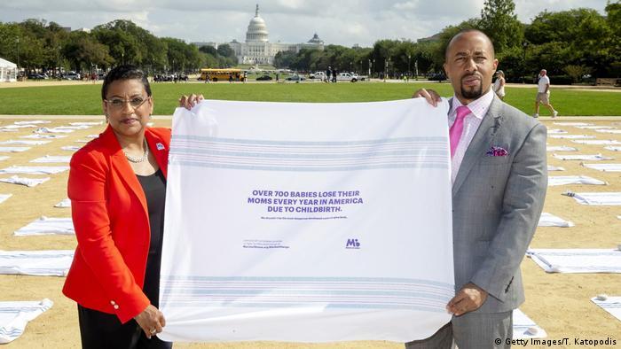 Активистката Стейси Стюарт и съпругът на починалата Кира Джонсън - в протестна акция във Вашингтон