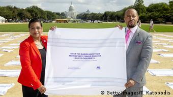 Aktivisten Stacey D Steward und Charles Johnson vor dem Kapitol in Washington D.C.