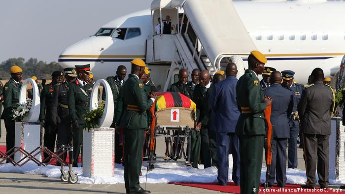 The body of the late former Zimbabwean President Robert Mugabe arrives at the Robert Gabriel Mugabe International Airport in Harare (picture-alliance/Photoshot/C. Yaqin)