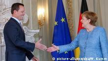 06.07.2018, Meseberg: Bundeskanzlerin Angela Merkel (CDU) begrüßt Richard Ellen Grenell, amerikanischer Botschafter, während eines Empfangs für das Diplomatische Corps zum traditionellen Jahresempfang. Foto: Wolfgang Kumm/dpa   Verwendung weltweit