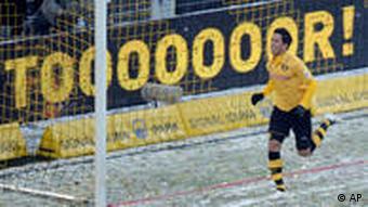 Barrios freut sich über sein Tor zum 1:0 für den BVB. (Foto: AP)