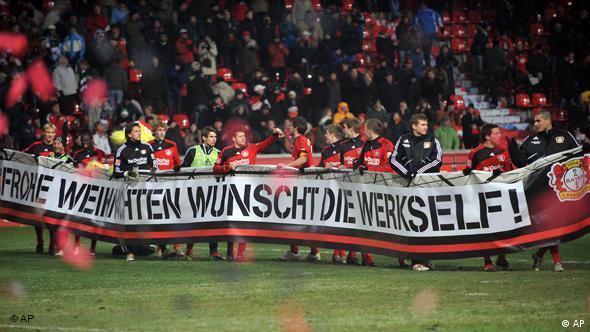 Die Mannschaft von Bayer 04 feiert die Herbstmeisterschaft und bedankt sich mit einem Spruchband bei ihren Zuschauern. (Foto: AP)