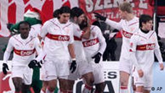 Die Stuttgarter Spieler beglückwünschen Cacau zu seinem Tor zum 2:1. (Foto: AP)